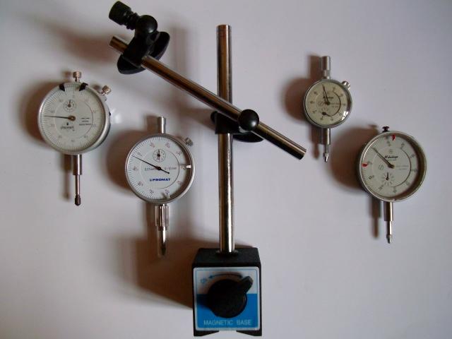 Na zdjęciu podstawa z wyłącznikiem magnesu oraz czujniki zegarowe